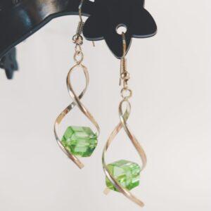 Oorbellen met een metalen wikkel met daartussen een vierkante glas kraal in de kleur groen.