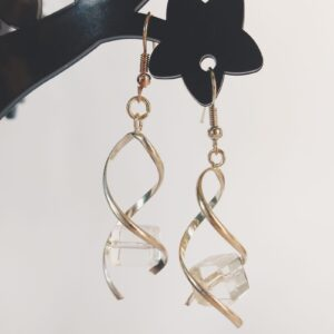 Oorbellen met een metalen wikkel met daartussen een vierkante glas kraal in de kleur crystal.
