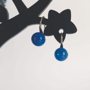 Oorbellen met een blauw gekleurde kraal.