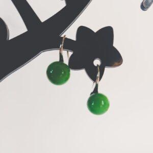 Oorbellen met een licht groen gekleurde kraal.
