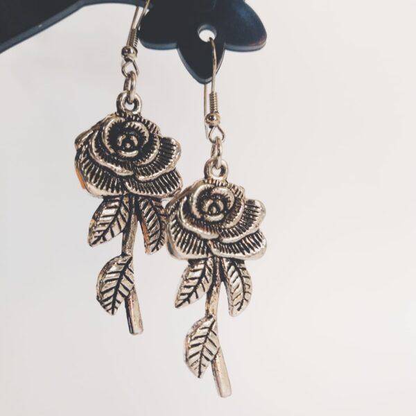 Oorbellen met een metalen hanger in de vorm van een roos.