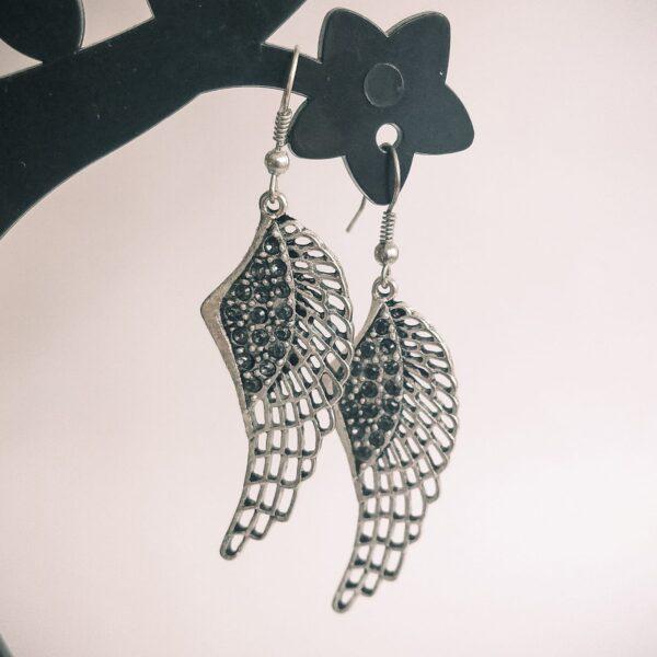Oorbellen vleugel swarovski grijs. Oorbelen met een wing (vleugelvormige hanger) met swarovski steentjes in de kleur grijs.
