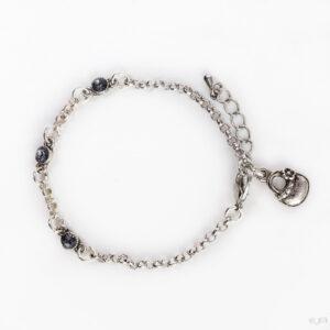 Fijne armband swarovski grijs. Armband met kleine schakels van jasseron met 3 kleine swarovski steentjes in de kleur crystal silver shade, een grijze kleur. Bij het slotje hangt een bedeltje in de vorm van een tasje.