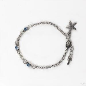 Fijne armband swarovski licht blauw. Armband met kleine schakels van jasseron met 3 kleine swarovski steentjes in de kleur aquamarine, een licht blauwe kleur. Bij het slotje hangt een bedeltje in de vorm van een zeester.