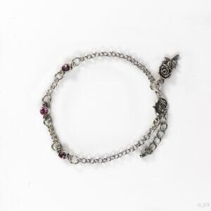 Fijne armband swarovski roze. Armband met kleine schakels van jasseron met 3 kleine swarovski steentjes in de kleur light rose, een roze kleur. Bij het slotje hangt een bedeltje in de vorm van een roos.