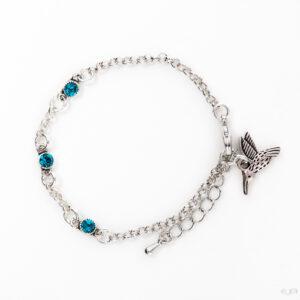 Fijne armband swarovski blauw groen. Armband met kleine schakels van jasseron met 3 kleine swarovski steentjes in de kleur indicolite, een blauw groene kleur. Bij het slotje hangt een bedeltje in de vorm van een vogel.