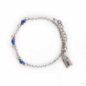 Fijne armband swarovski donker blauw. Armband met kleine schakels van jasseron met 3 kleine swarovski steentjes in de kleur sapphire, een donker blauwe kleur. Bij het slotje hangt een bedeltje in de vorm van een slotje.