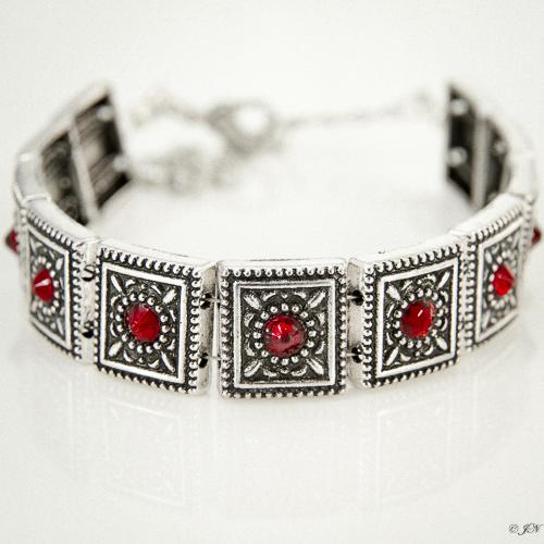 Armband romantic square swarovski rood. Armband met metalen vierkante kastjes met swarovski steentjes in de kleur siam, een rode kleur.