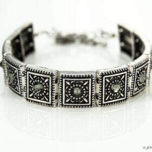 Armband romantic square swarovski grijs. Armband met metalen vierkante kastjes met swarovski steentjes in de kleur crystal silver shade, een grijze kleur.