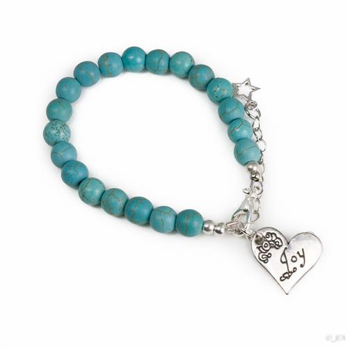 """Armband natuursteen turquoise. Armband met 8 mm natuursteen turquoise kralen. Met een hart vormige metalen bedel bij het slotje met een willekeurige tekst erop. (Bijvoorbeeld """"Kindness"""" of """"Joy"""") Er zit een verlengkettinkje aan zodat de armband verstelbaar is tot verschillende maten. Aan het einde van het verlengkettinkje hangt nog een klein metalen sterretje."""