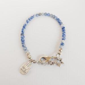 """Armband blauw natuursteen soldalite. Armband met 4 mm blauwe natuursteen soldalite kralen. Bij het slotje hangt een bedeltje in de vorm van een hand met de tekst """"hand made"""" erop."""