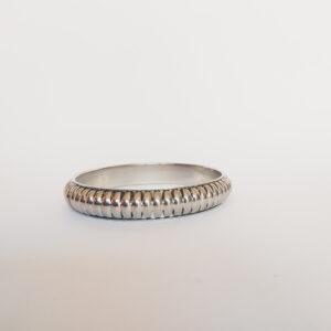 Armband bangle metaal ribbels. Metalen bangle armband met decoratieve ribbels.
