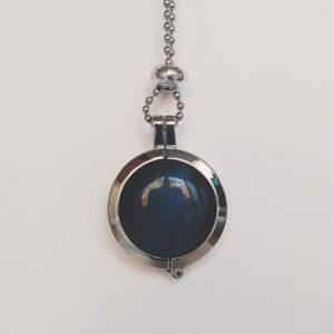 Ketting cateye grijs. Dubbelzijdige cateye steen in hanger aan een bolletjes ketting. De steen heeft 2 kanten, 1 met een cateye, deze is te zien in de foto.