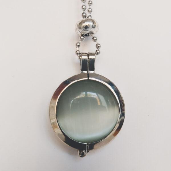 Ketting cateye wit. Dubbelzijdige cateye steen in hanger aan een bolletjes ketting. De steen heeft 2 kanten, 1 met een cateye, deze is te zien in de foto.