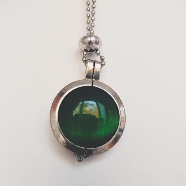 Ketting cateye groen. Dubbelzijdige cateye steen in hanger aan een bolletjes ketting. De steen heeft 2 kanten, 1 met een cateye, deze is te zien in de foto.