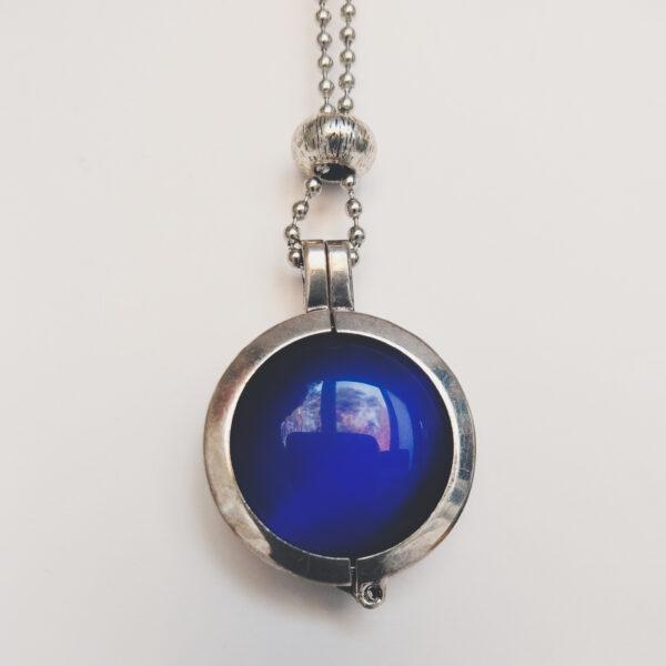 Ketting cateye blauw. Dubbelzijdige cateye steen in hanger aan een bolletjes ketting. De steen heeft 2 kanten, 1 met een blauwe cateye, deze is te zien in de foto.