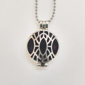 Ketting klein medaillon paars. Metalen medaillon met een paarse steen erin, aan een bolletjesketting. De steen kan worden verwisseld met andere kleuren. De bolletjes ketting is 48 cm lang. De steen heeft een diameter van 24 mm.