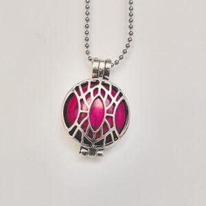 Ketting klein medaillon natuursteen roze. Metalen medaillon met een natuursteen roze turquoise erin, aan een bolletjesketting. De steen kan worden verwisseld met andere kleuren. De bolletjes ketting is 48 cm lang. De steen heeft een diameter van 24 mm.