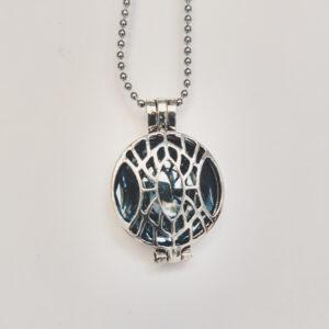 Ketting klein medaillon grijs. Metalen medaillon met een grijze steen erin, aan een bolletjesketting. De steen kan worden verwisseld met andere kleuren. De bolletjes ketting is 48 cm lang. De steen heeft een diameter van 24 mm.