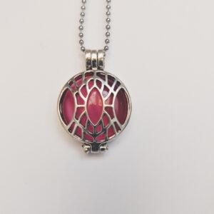 Ketting klein medaillon cateye roze. Metalen medaillon met een cateye roze steen erin, aan een bolletjesketting. De steen kan worden verwisseld met andere kleuren. De bolletjes ketting is 48 cm lang. De steen heeft een diameter van 24 mm.