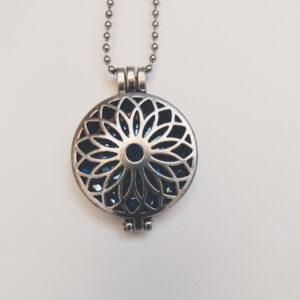 Ketting bloem medaillon blauw. Metalen bloem medaillon met een blauwe steen erin, aan een bolletjesketting. De steen kan worden verwisseld met andere kleuren. De bolletjes ketting is 68 cm lang.