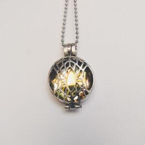 Ketting klein medaillon geel. Metalen medaillon met een gele steen erin, aan een bolletjesketting. De steen kan worden verwisseld met andere kleuren. De bolletjes ketting is 48 cm lang. De steen heeft een diameter van 24 mm.