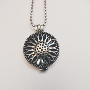 Ketting zonnebloem medaillon grijs. Metalen zonnebloembloem medaillon met een grijze steen erin, aan een bolletjesketting. De steen kan worden verwisseld met andere kleuren. De bolletjes ketting is 68 cm lang.