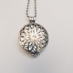 Ketting bloem medaillon kristal. Metalen medaillon met een kristal steen erin, aan een bolletjesketting. De steen kan worden verwisseld met andere kleuren. De bolletjes ketting is 68 cm lang.