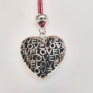 Ketting rood leer hart. Een dun rood leren ketting met een metalen kraal met daaronder een hart bedel. Het kettinkje is 80 cm lang.
