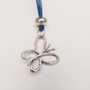 Ketting blauw leer vlinder. Een dun blauw leren ketting met een metalen kraal met daaronder een vlinder bedel. Het kettinkje is 80 cm lang.
