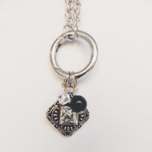 Ketting clip-ring romantic square swarovski kristal. Metalen schakelketting met een metalen clip-ring met bedel van een metalen hanger romantic square, een vierkante hanger met een vierkante swarovski steen in de kleur cyrstal, een kristal kleur. Er hangen ook nog een zwarte swarovski parel en een swarovski kraal in de kleur crystal, een kristal kleur. De schakel ketting is 60 cm lang.