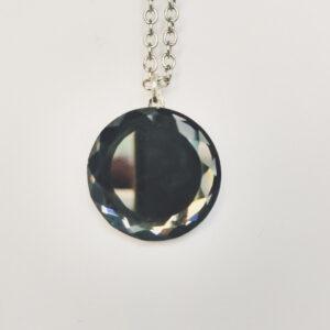Ketting glas steen donker grijs. Een dun metalen kettinkje met een glazen steen in een donker grijze kleur. Het kettinkje is 44 cm lang.