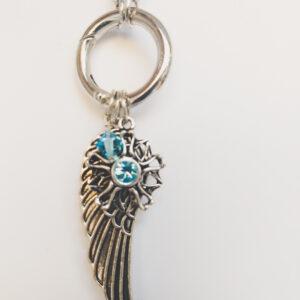 Ketting grijs leer clip-ring vleugel swarovski licht blauw. Grijze gevlochten leren ketting met een metalen clip-ring met een bedel van een vleugel en een bloem met een swarovski steentje. Er hangt een swarovski kraal aan in de kleur aquamarine, een licht blauwe kleur. De leren ketting is 76 cm lang.