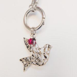 Ketting zwart leer clip-ring vogel swarovski donker roze. Zwarte gevlochten leren ketting met een metalen clip-ring met een bedel van een vogel. Er hangt een swarovski kraal aan in de kleur fuchsia, een donker roze kleur. De leren ketting is 76 cm lang.