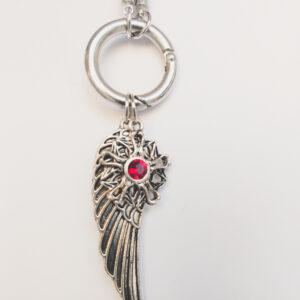 Ketting zwart leer clip-ring vleugel swarovski rood. Zwarte gevlochten leren ketting met een metalen clip-ring met een bedel van een vleugel en een bloem met een swarovski steentje in de kleur siam, een rode kleur. De leren ketting is 76 cm lang.