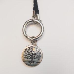 Ketting zwart leer clip-ring tree of life swarovski kristal. Zwarte gevlochten leren ketting met een metalen clip-ring met een bedel van eenboom met een kristal swarovski kraal. De leren ketting is 76 cm lang.