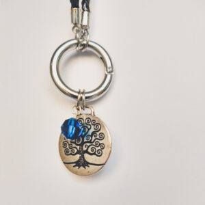 Ketting zwart leer clip-ring tree of life swarovski blauw. Zwarte gevlochten leren ketting met een metalen clip-ring met een bedel van een boom met een blauwe swarovski kraal. De leren ketting is 76 cm lang.