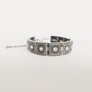 Armband romantic square swarovski kristal. Armband met metalen vierkante kastjes met swarovski steentjes in de kleur crystal moonlight, een kristal kleur.