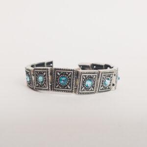 Armband romantic square swarovski licht blauw. Armband met metalen vierkante kastjes met swarovski steentjes in de kleur aquamarine, een licht blauwe kleur.
