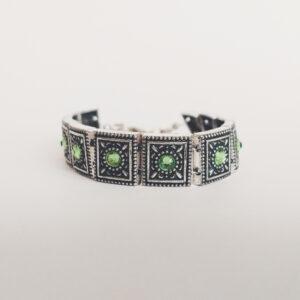Armband romantic square swarovski licht groen. Armband met metalen vierkante kastjes met swarovski steentjes in de kleur peridot, een licht groene kleur.