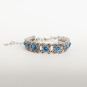 Armband antique flower swarovski donker blauw. Armband met metalen vierkante kastjes met bloem-motief met swarovski steentjes in de kleur capri blue, een donker blauwe kleur.