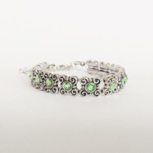 Armband antique flower swarovski licht groen. Armband met metalen vierkante kastjes met bloem-motief met swarovski steentjes in de kleur peridot, een licht groene kleur.