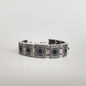 Armband romantic square swarovski zwart. Armband met metalen vierkante kastjes met swarovski steentjes in de kleur jet, een zwarte kleur.