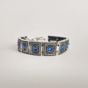 Armband romantic square swarovski donker blauw. Armband met metalen vierkante kastjes met swarovski steentjes in de kleur sapphire, een donker blauw kleur.