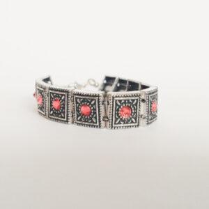 Armband romantic square swarovski oranje roze. Armband met metalen vierkante kastjes met swarovski steentjes in de kleur padparadscha, een oranje roze kleur.