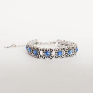 Armband antique flower swarovski blauw. Armband met metalen vierkante kastjes met bloem-motief met swarovski steentjes in de kleur sapphire, een blauwe kleur.