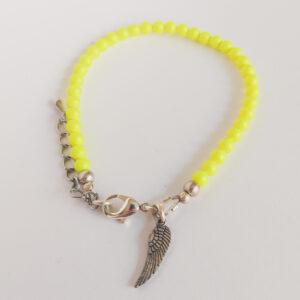 Armband swarovski parel neon geel. Een armband met kleine 4 mm swarovski pareltjes in een neon gele kleur. Bij het slotje hangt een bedeltje in de vorm van een vleugel.