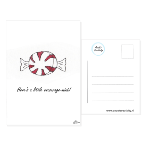 """Ansichtkaart encourage-mint. Ansichtkaart met de tekst """"Here's a little encourage-mint"""" en hangemaakte illustraties van een rond snoepje in wikkel in zwart wit met rood. De achterkant van de ansichtkaart is ook te zien, daarop staan lijntjes voor het adres en is er plaats voor een postzegel."""