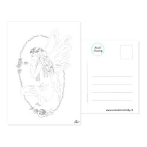 Ansichtkaart fairy. Ansichtkaart met handgemaakte illustraties van een elfje met een ovale bloemenkrans er omheen in zwart wit. De achterkant van de ansichtkaart is ook te zien, daarop staan lijntjes voor het adres en is er plaats voor een postzegel.
