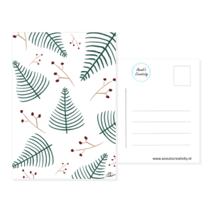 Ansichtkaart Christmas spirit. Ansichtkaart met hangemaakte illustraties van kerstboompjes en takjes met rode besjes. De achterkant van de ansichtkaart is ook te zien, daarop staan lijntjes voor het adres en is er plaats voor een postzegel.